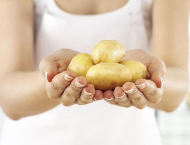 Trị rụng tóc, trắng hồng da bằng nước ép khoai tây