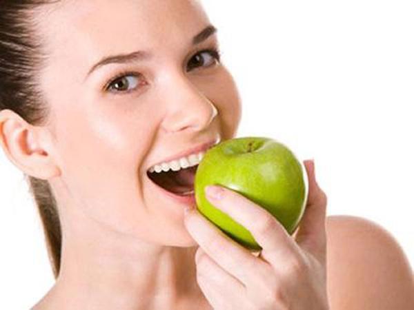 Mẹo làm sạch răng miệng từ thực phẩm ăn hàng ngày