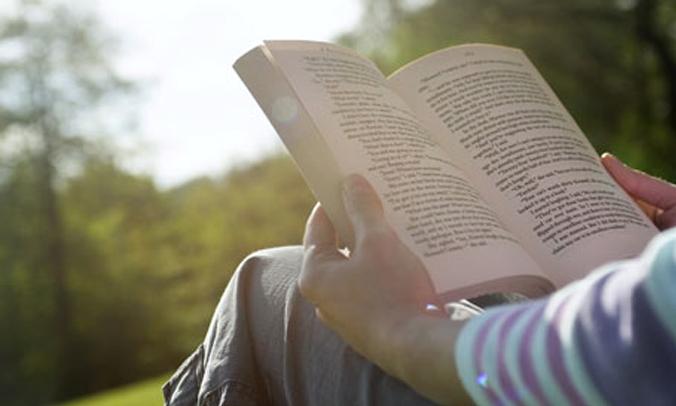 """6 lý do bạn nên yêu một anh chàng """"mê sách"""""""