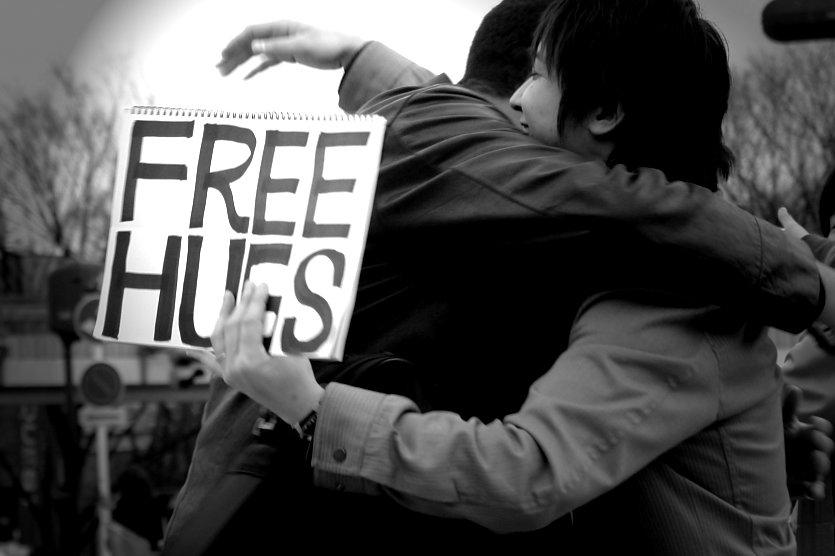 Cần lắm... một cái ôm miễn phí từ người lạ!