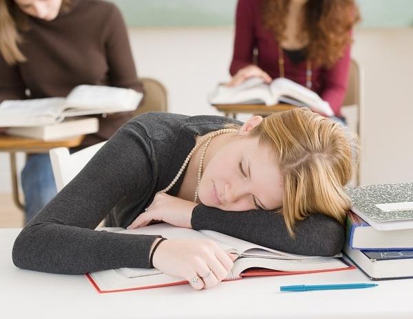 Hậu quả ít người ngờ đến do thói quen ngủ gục đầu trên bàn