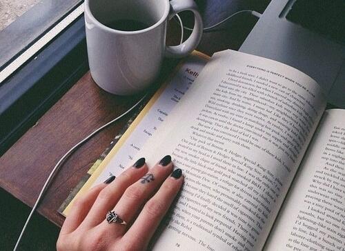 7 lý do vì sao bạn nên yêu một cô gái thích đọc ngôn tình