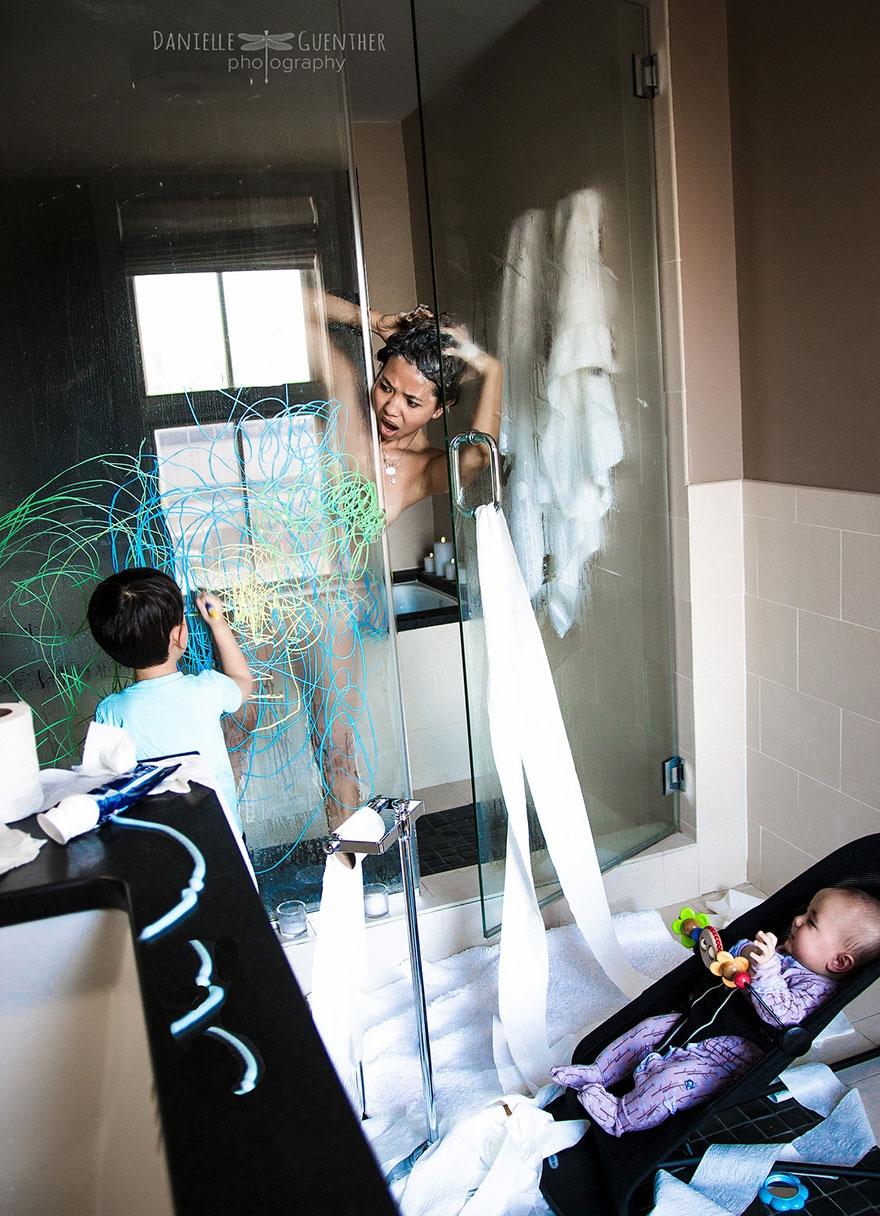 """Bộ ảnh: Gia đình """"rắc rối"""" - phản ánh đúng những gì các bậc cha mẹ trẻ đang trải qua"""