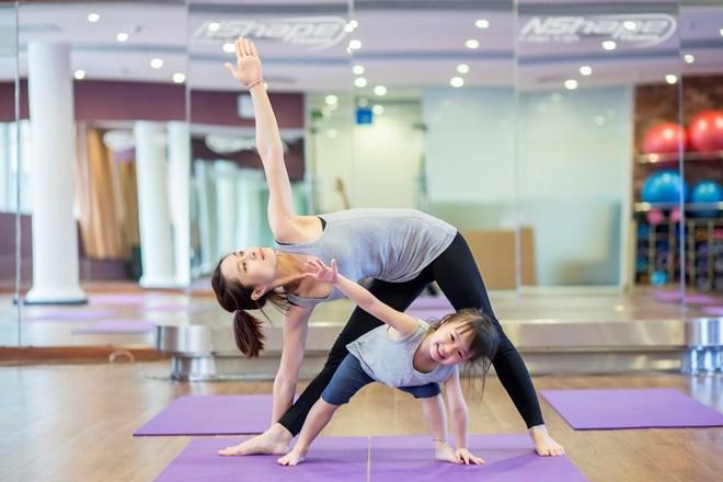 Bộ ảnh đáng yêu của bà mẹ trẻ và con gái 3 tuổi cùng tập yoga