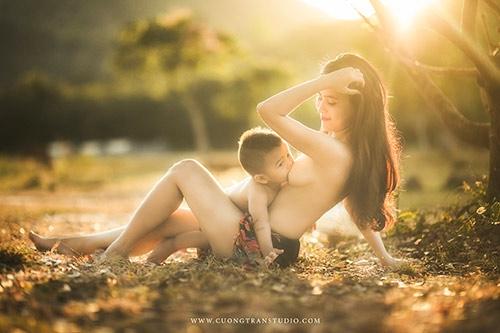 Bộ ảnh ngực trần cho con bú tuyệt đẹp của cặp vợ chồng nhiếp ảnh gia Việt Nam