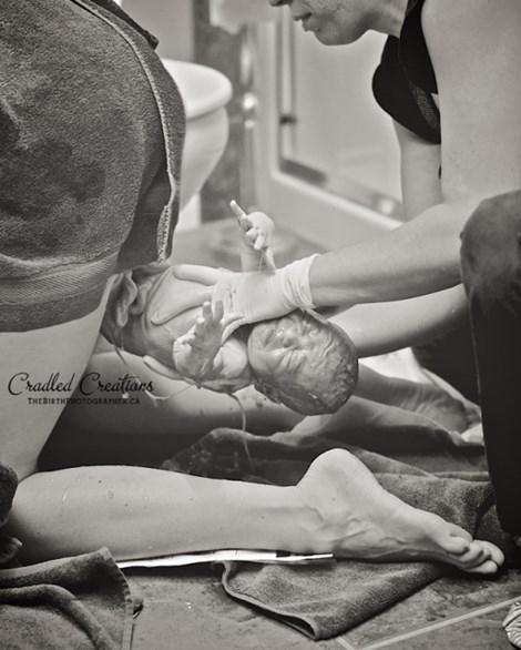 Những khoảnh khắc đẹp kỳ diệu khi bé lọt lòng mẹ