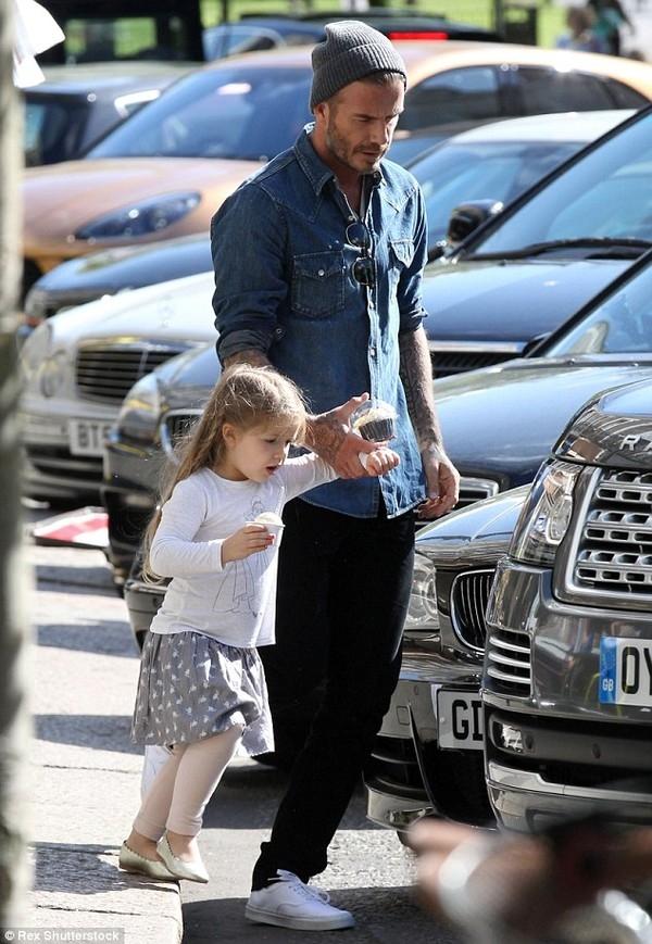 Harper lũn cũn đi mua bánh cùng bố