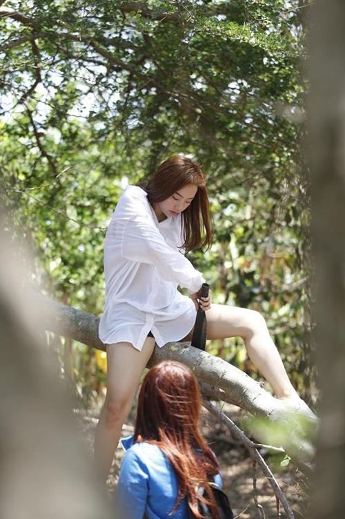 Minh Hằng mặt ngầu tạo dáng khó đỡ trên cây