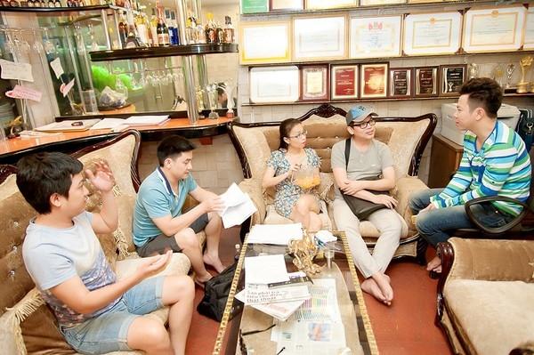 Cẩm Ly ngồi bệt tập kịch cùng Trường Giang