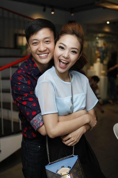 Lương Mạnh Hải cười tít, ôm chặt Minh Hằng