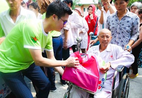Đông Nhi đi từ thiện sau khi giành giải 300 triệu đồng