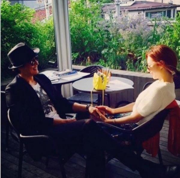 Bé Flynn nắm chặt tay bố đi dạo, Bae Yong Joon bí mật chụp hình cưới
