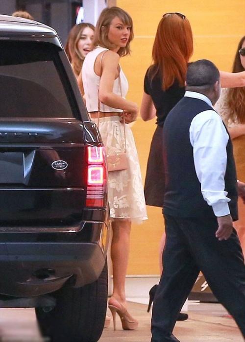 Taylor Swift dẫn người mới ra mắt người cũ, Yoon Sang Hyun sắp lên chức bố