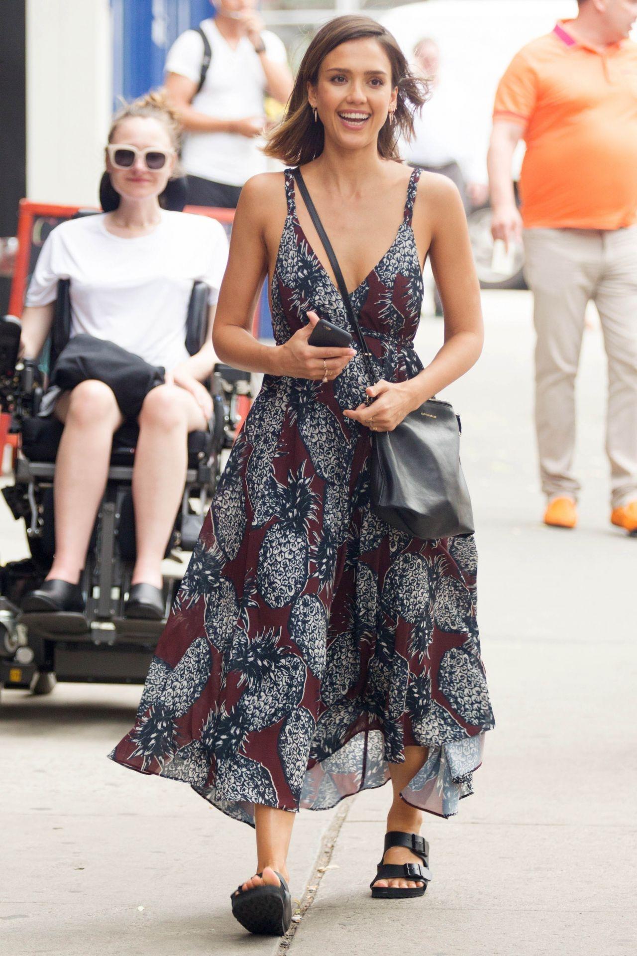Street Style: Lucy Hale lộ bra, Bella Thorne dịu dáng váy hoa dạo phố