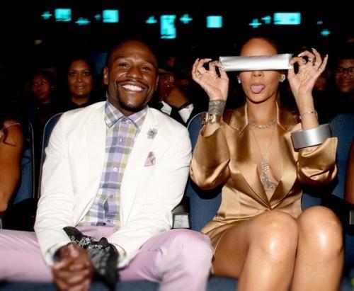 Bé Flynn tinh nghịch bên bố, Rihanna quên mặc nội y trên thảm đỏ