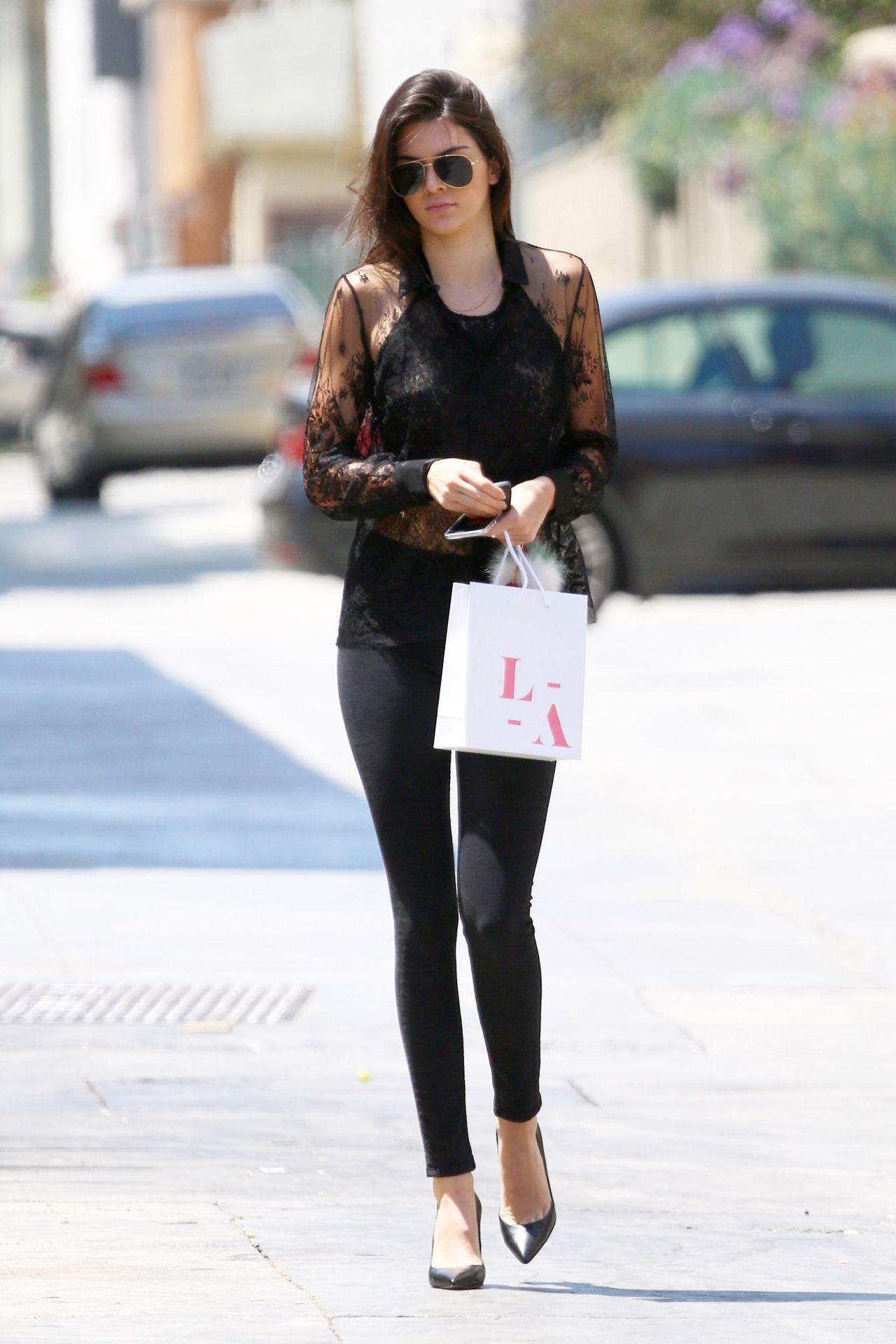 Street Style: Lucy Hale lộ bra, Bella Thorne dịu dàng váy hoa dạo phố