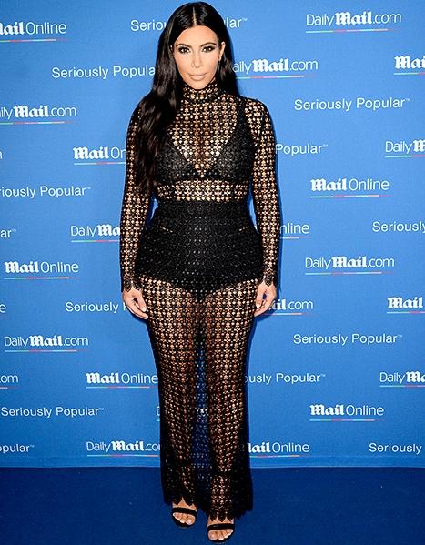 Kim Kardashian và Kylie Jenner khoe nội y với đầm xuyên thấu
