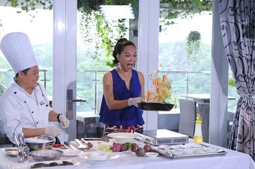 Kim Khánh trổ tài làm đầu bếp.
