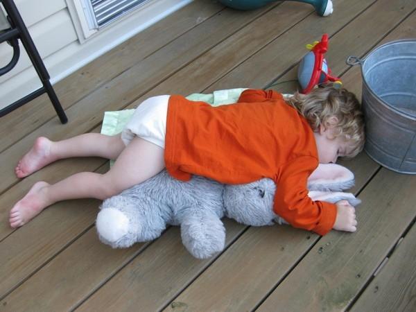 Bật cười trước những kiểu ngủ bá đạo của trẻ em