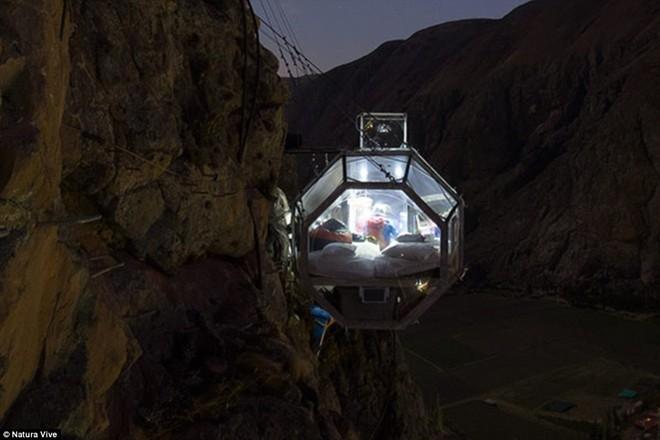 Trải nghiệm một đêm tại khách sạn con nhộng cheo leo bên vách đá
