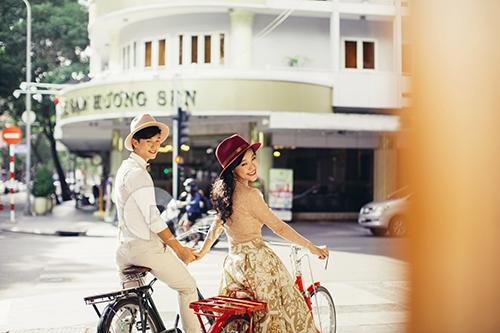Huỳnh Anh tình tứ dạo phố bên bạn gái Hoàng Oanh