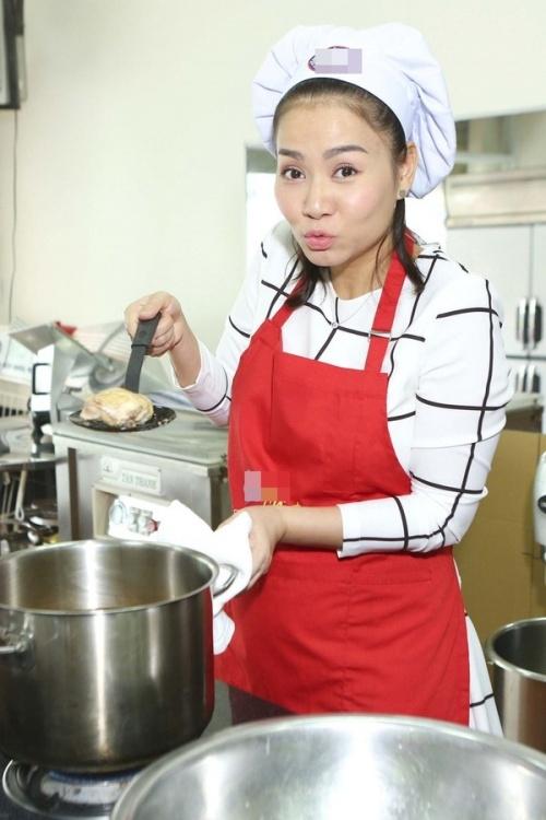 Thu Minh trốn chồng con đi nấu cơm từ thiện