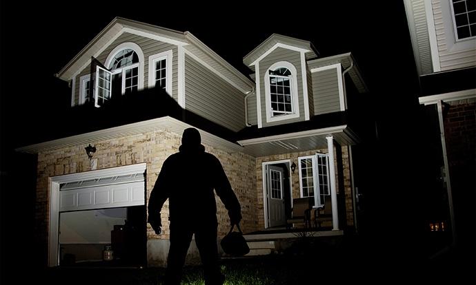 Nếu phát hiện trộm vào nhà, phụ nữ phải làm gì?
