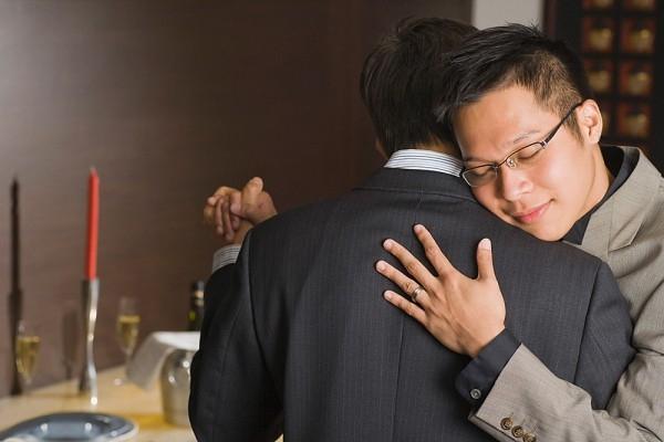 Tôi nên lấy vợ cho đẹp lòng bố mẹ hay đi theo tình đồng giới?