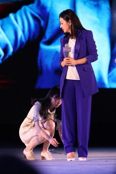 Nghi án Hồ Hạnh Nhi bị bạn trai phản bội, Triệu Vy bị bệnh ngôi sao!