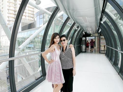 Kim Tuyến đưa mẹ đi du lịch Pháp trước khi trở về nước