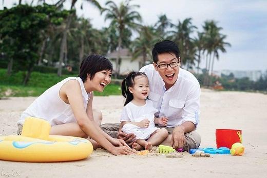 """""""Bếp trưởng"""" Thanh Điền trổ tài nấu nướng với vợ và con gái"""