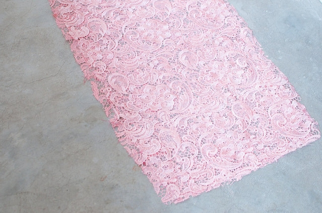 Tự tay may váy ren hồng điệu đà, quyến rũ