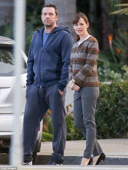Vanessa Hudgens đau buồn; Vợ chồng Ben Affleck hoãn ly hôn