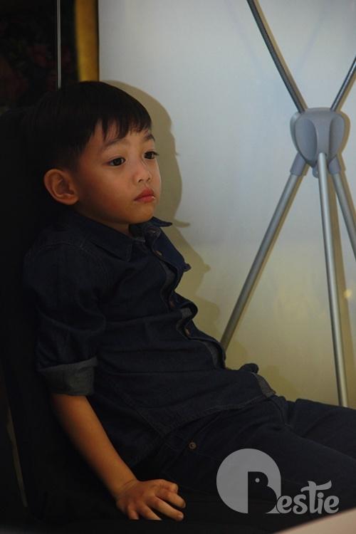 Bé Subeo mặt lạnh tháp tùng Hồ Ngọc Hà tại sự kiện