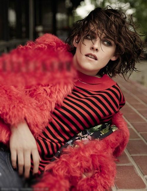 Kristen Stewart giả vờ mạnh mẽ trước tin hẹn hò đồng tính