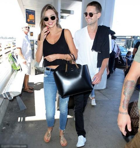 Miranda Kerr dính như sam với tình trẻ ở sân bay