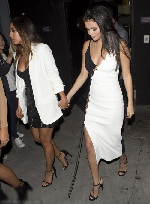Selena Gomez diện váy hở bạo đi ăn tối