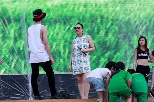 Thu Minh mượn bờ vai chồng ký tên cho fan nhí