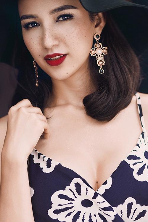 Hoa hậu Ngọc Diễm diện street style rạng rỡ xuống phố