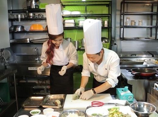 Trương Quỳnh Anh học nấu ăn gây bất ngờ cho Tim