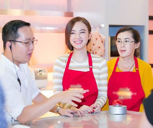 Angela Phương Trinh ngoan hiền cùng mẹ nấu ăn