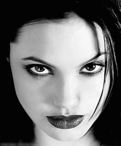 Hình khỏa thân của Angelina Jolie được rao bán