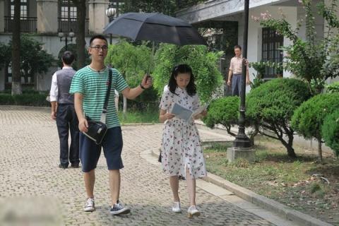 Đổng Khiết bị chỉ trích vì quá thân mật với trợ lý