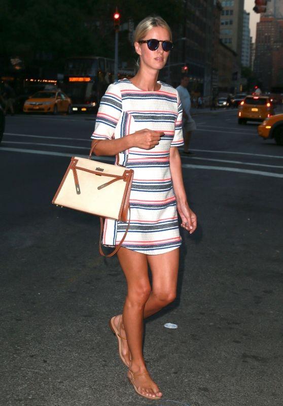 Karlie Kloss xinh như công chúa dạo phố cùng thú cưng