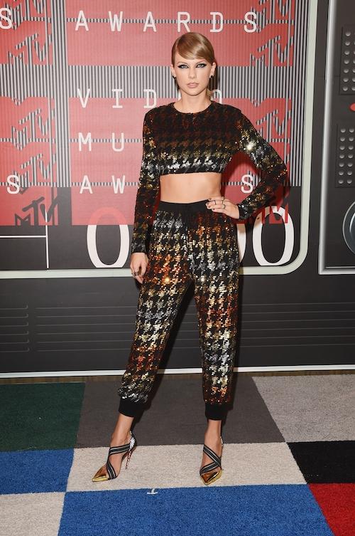 Miley Cyrus gợi cảm hết mức trong vai trò chủ tiệc VMAs 2015