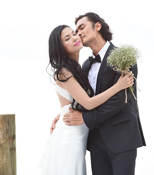 Việt Trinh bất ngờ mặc áo cưới sau khi làm mẹ đơn thân