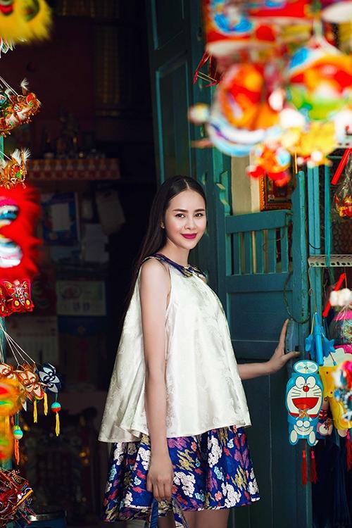 Diễn viên Sella Trương lãng mạn xuống phố trung thu