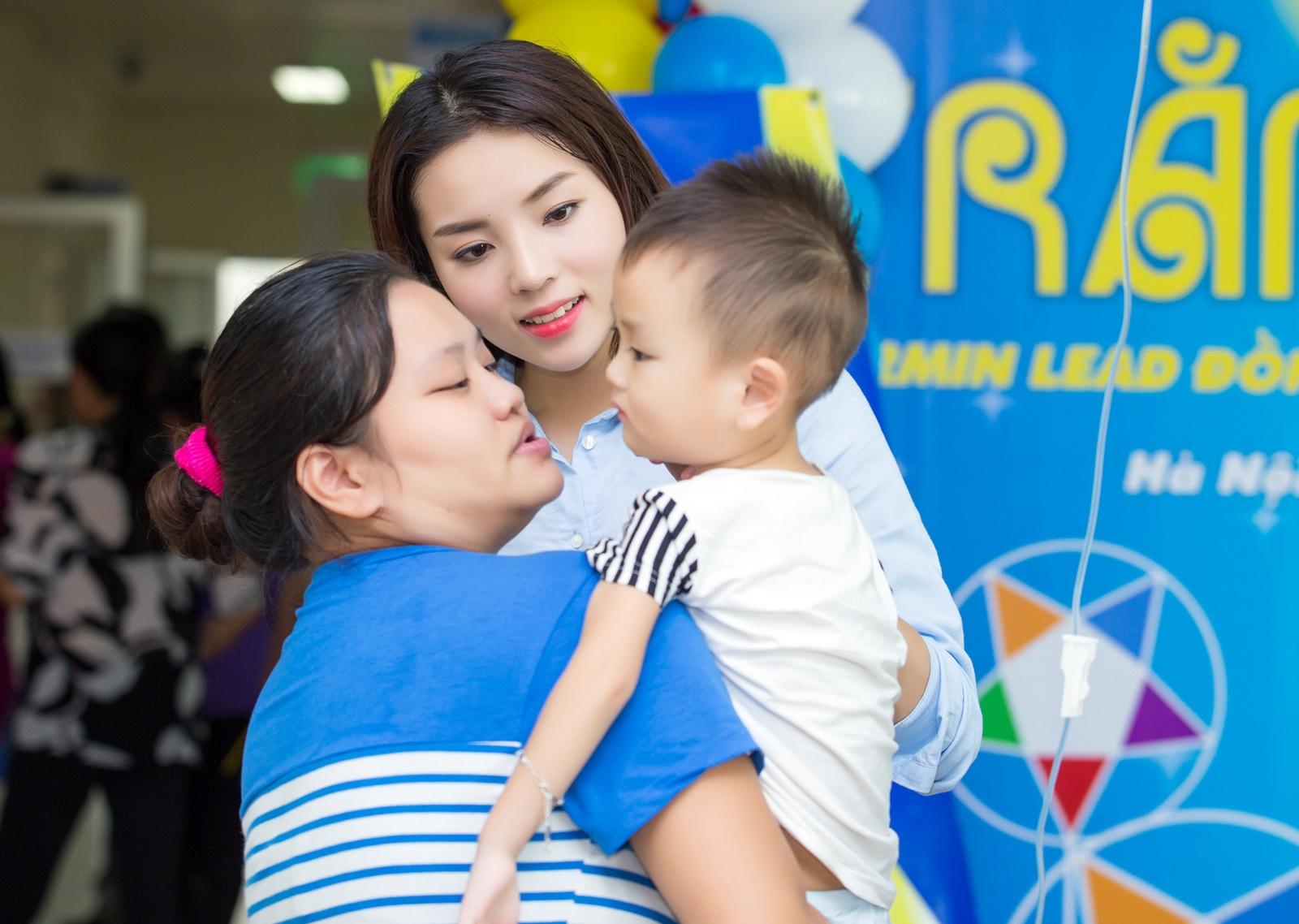 Hoa hậu Kỳ Duyên mang niềm vui đến bệnh nhi tại Hà Nội