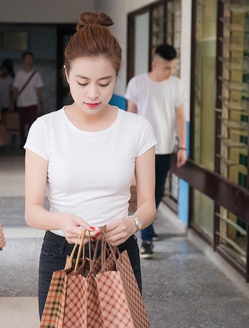 Hoàng Thùy Linh giản dị đi từ thiện trao quà Trung Thu