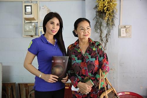 Diễn viên Lý Hương góp tiền chữa bệnh cho nghệ sĩ Hoàng Lan